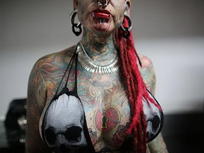 Люди в татуировках и пирсинге 76